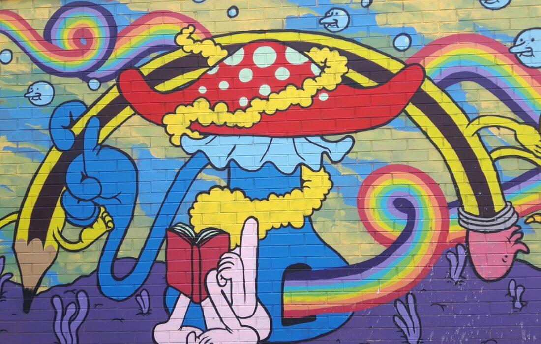 яркий арт на стене