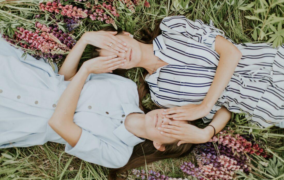 две девушки на природе