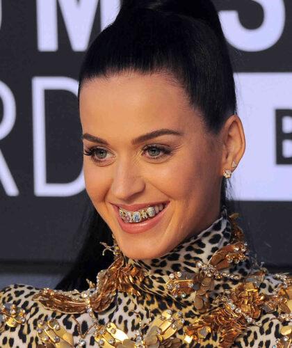 девушка с украшением на зубах