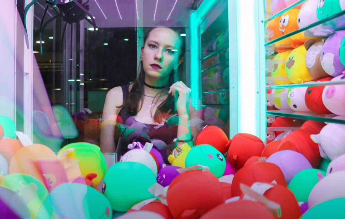 девушка возле автомата с игрушками