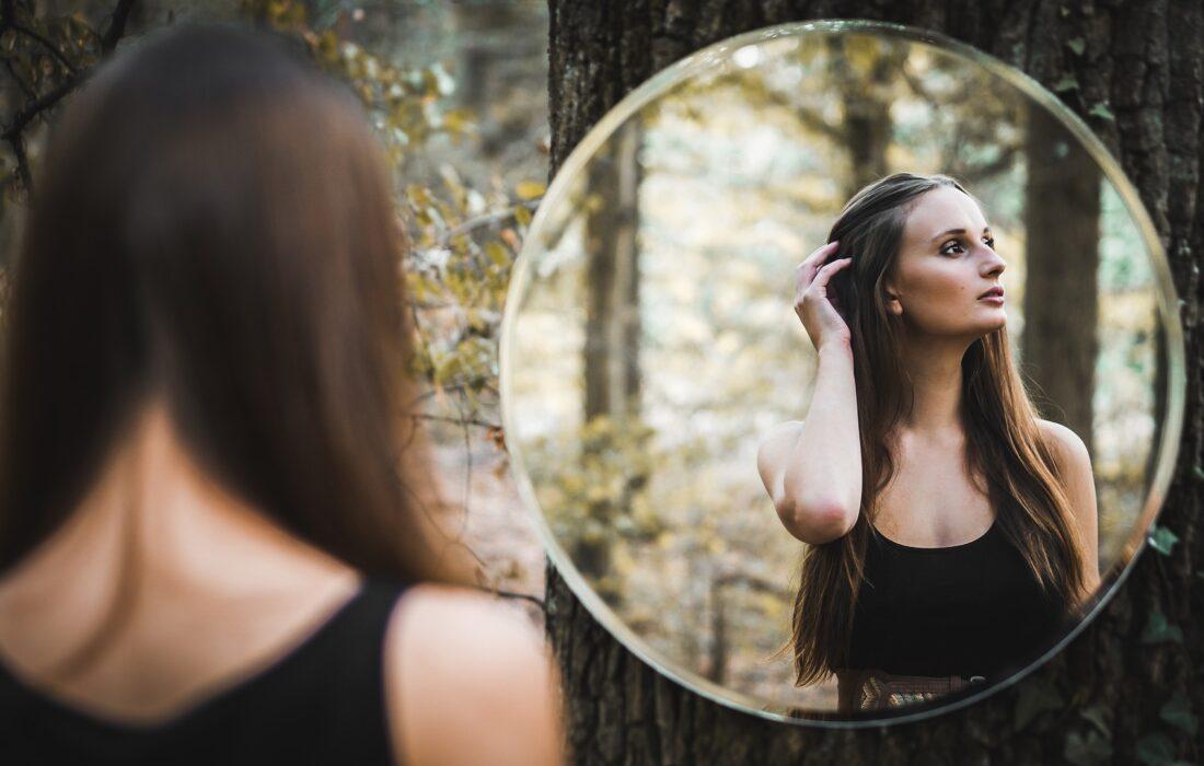 девушка в отражении в лесу