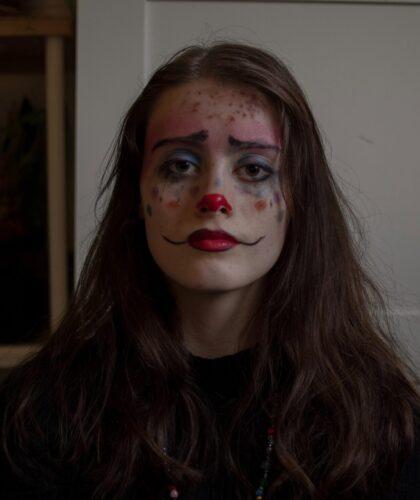девушка с макияжем клоуна