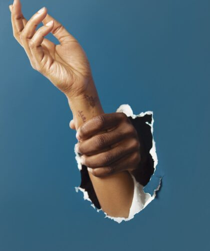 арт рука держит руку