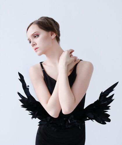 грустная девушка с крылышками