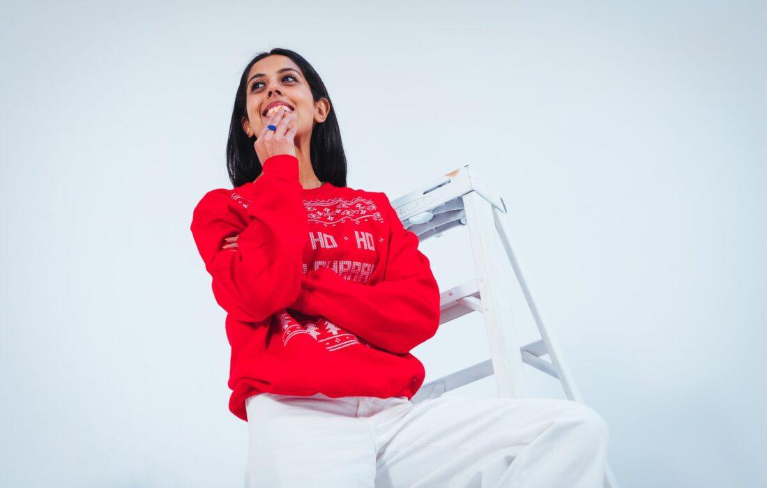 девушка в красном свитере