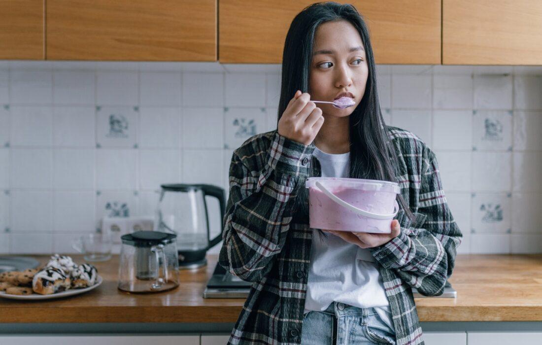девушка кушает мороженное