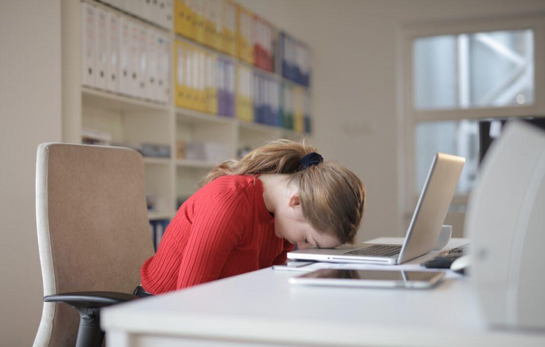 девушка головой на ноутбуке