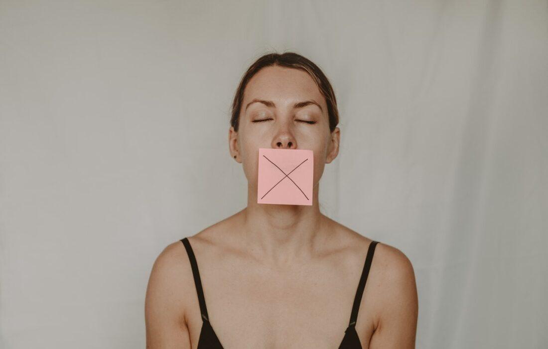 девушка со стикером на губах