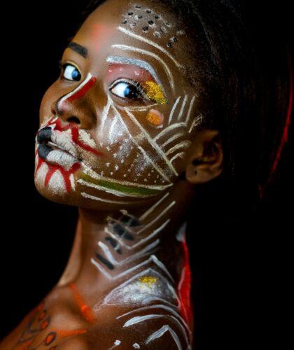 девушка с артом на лице