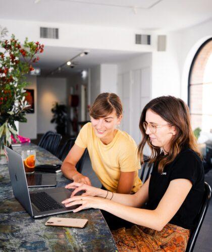 девушки работают