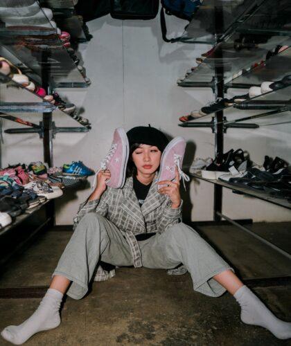девушка с обувью