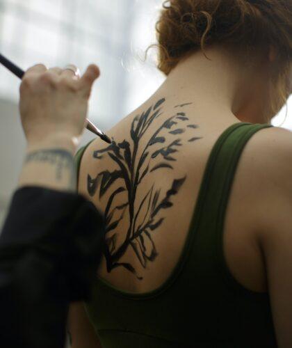 рисунок на спине девушки