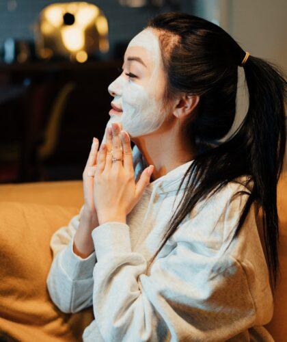 маска на лице девушки