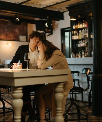 грустная пара в баре