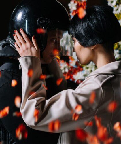 девушка и парень в шлеме