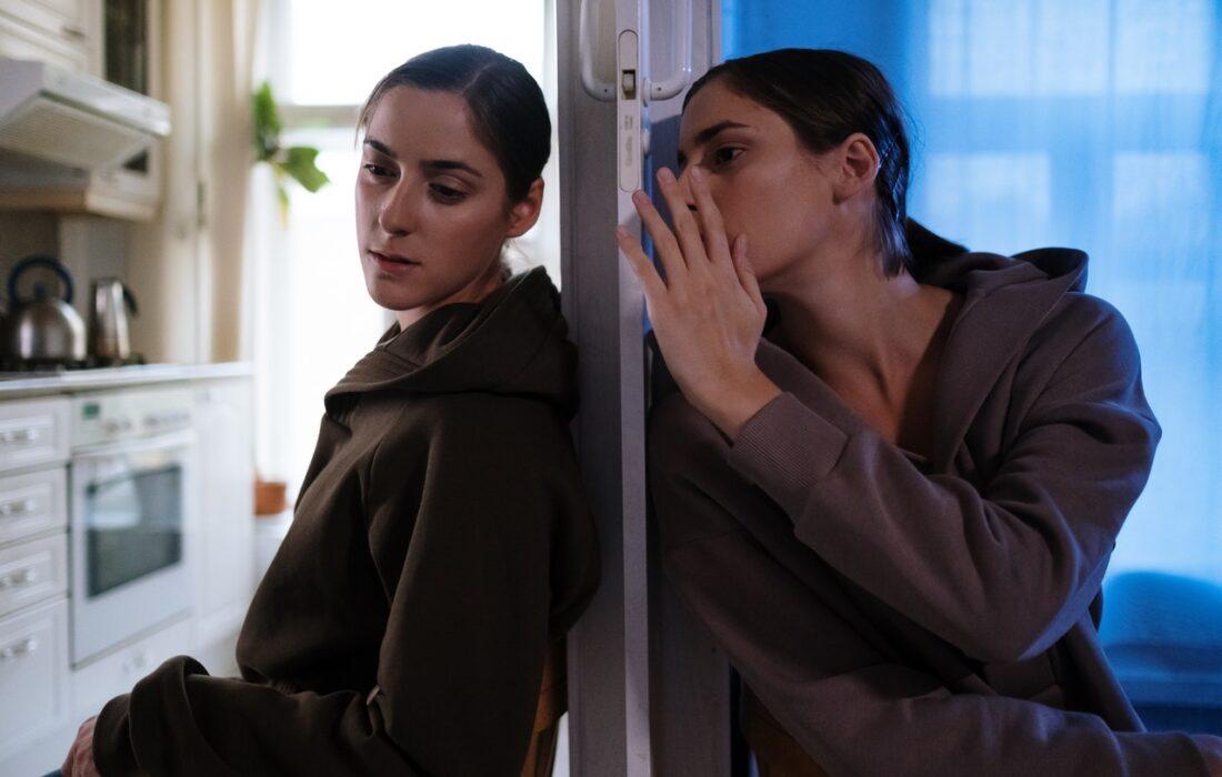 две девушки через стену