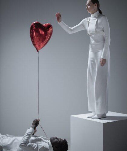 девушка, парень и шарик-сердечко