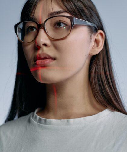 девушка с лазером на лице