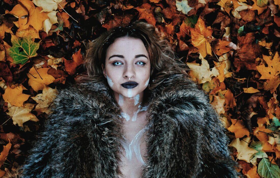 девушка в шубе на листьях