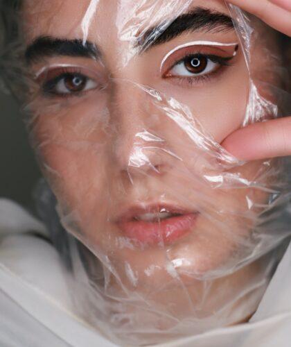 девушка с пленкой на лице