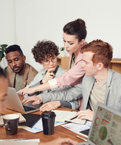 команда работает в офисе