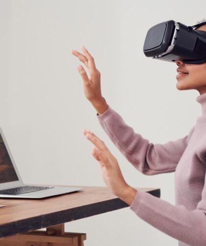 девушка в VR-очках