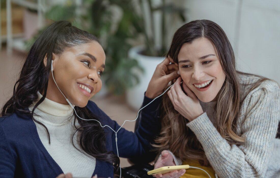подруги слушают музыку