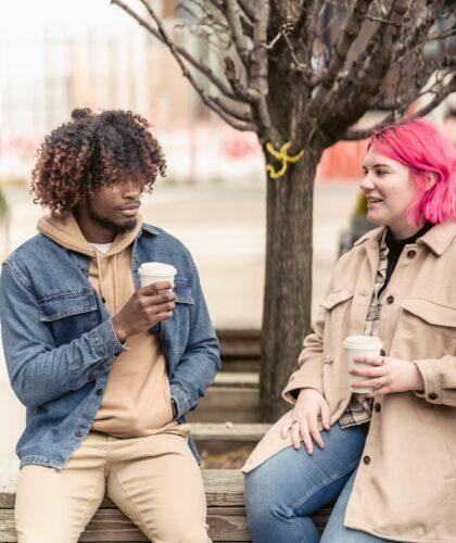 девушка и парень пьют кофе