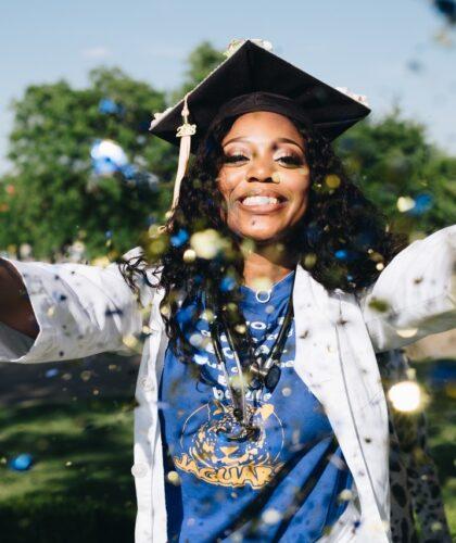 радостная выпускница