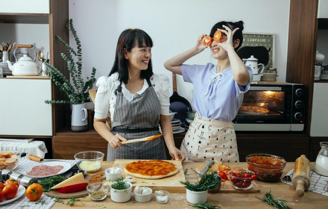 девушки готовят