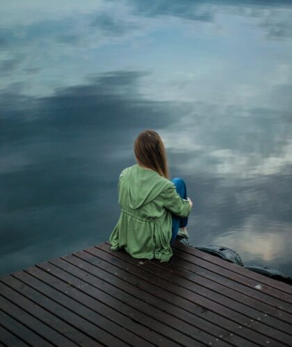 девушка сидит на пирсе