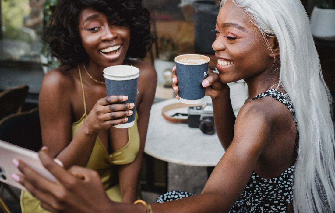 девушка пьют кофе
