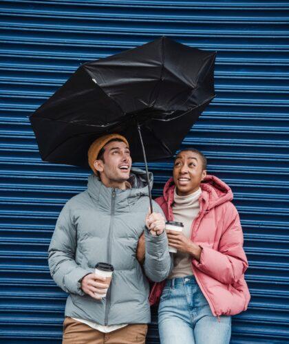 девушка и парень под зонтиком