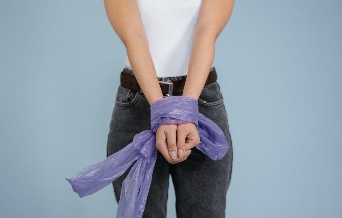 девушка со связанными руками