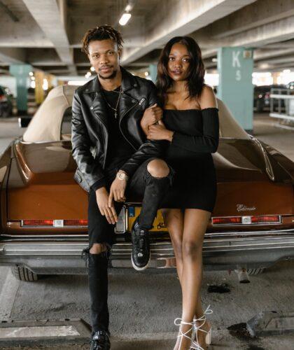 девушка и парень на машине