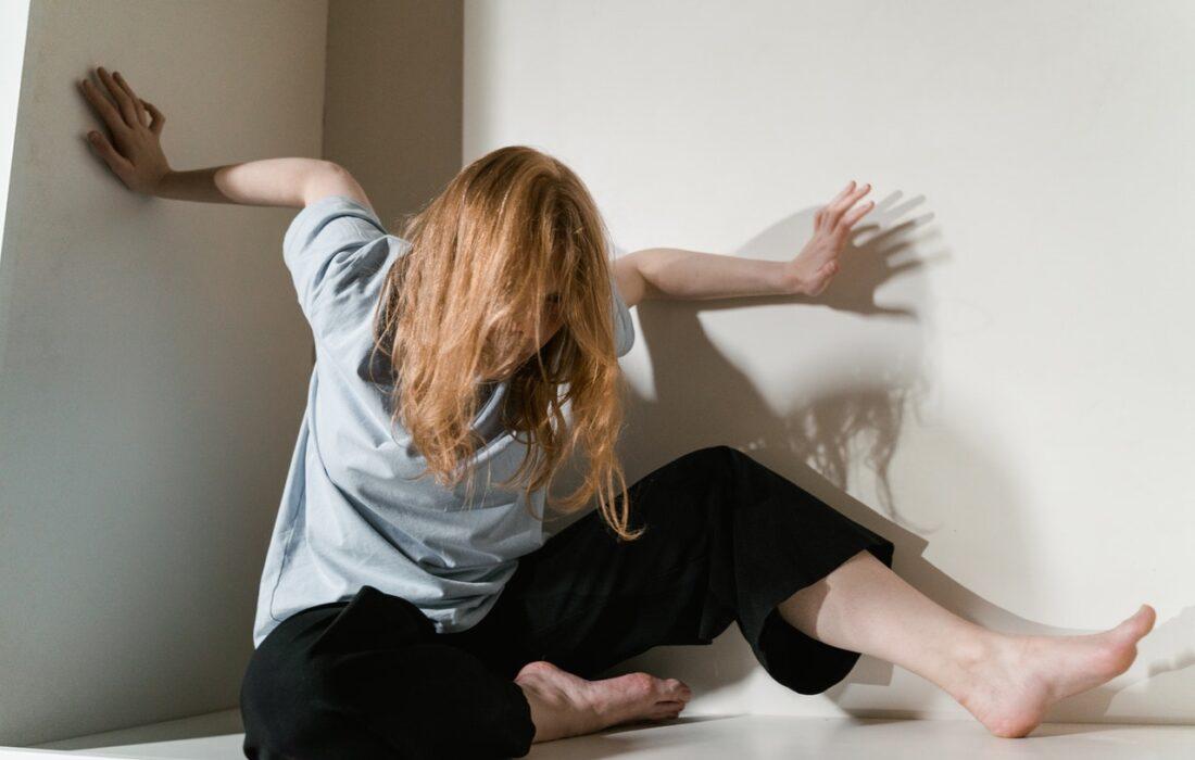 девушка облакачивается на стены