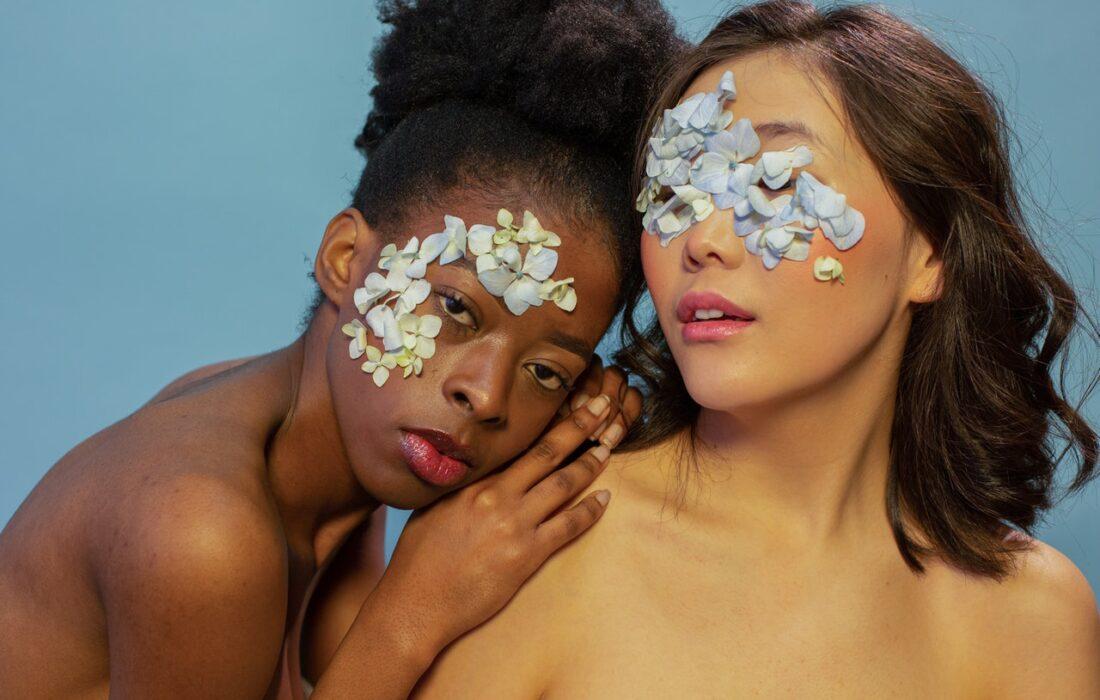 лепестки на лицах девушек