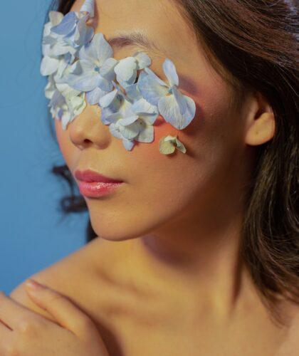 девушка с цветами на лице