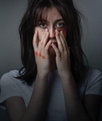 девушка трогает лицо