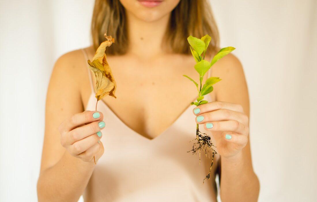 девушка с зеленым и желтым растениями