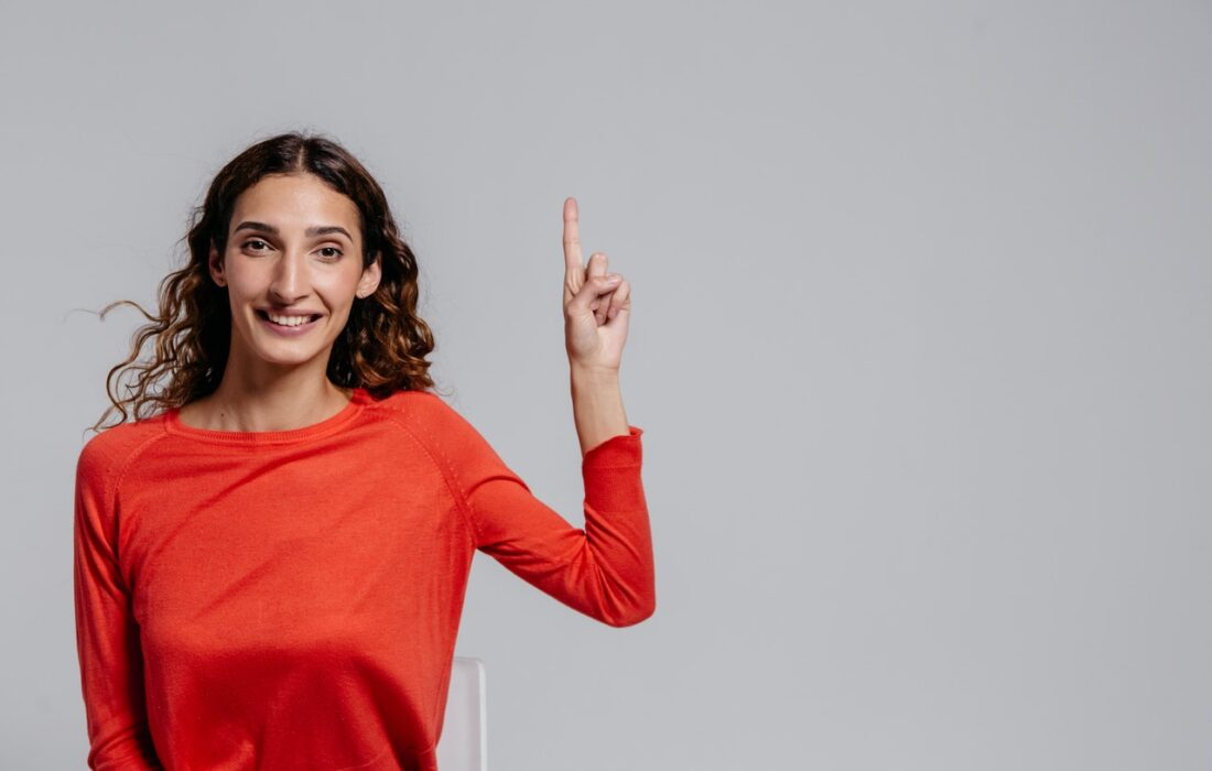 девушка с пальцем вверх