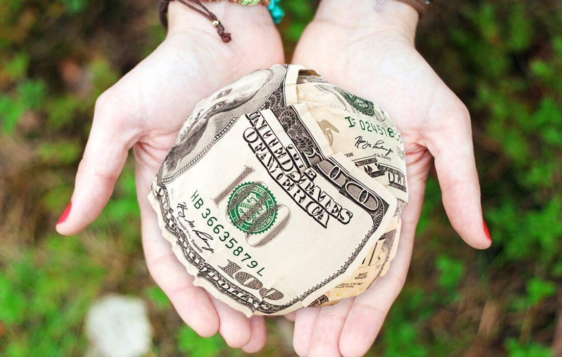 сверток денег в руках