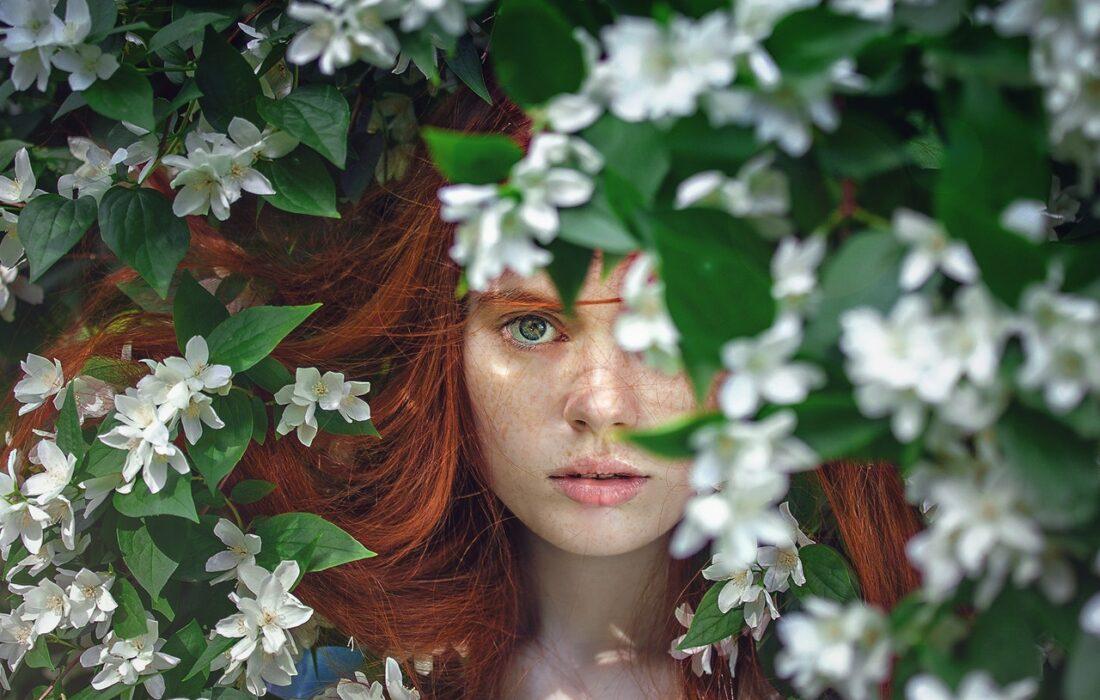 девушка в листьях дерева