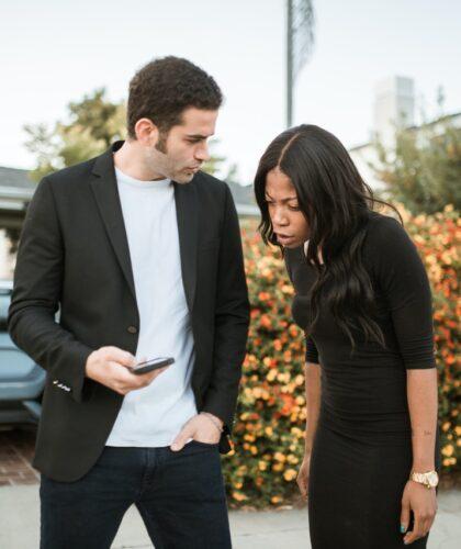 девушка смотрит в телефон парня