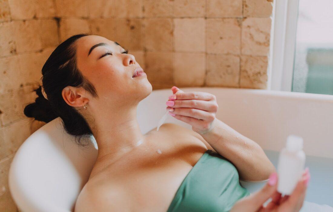 девушка с пипеткой в ванной