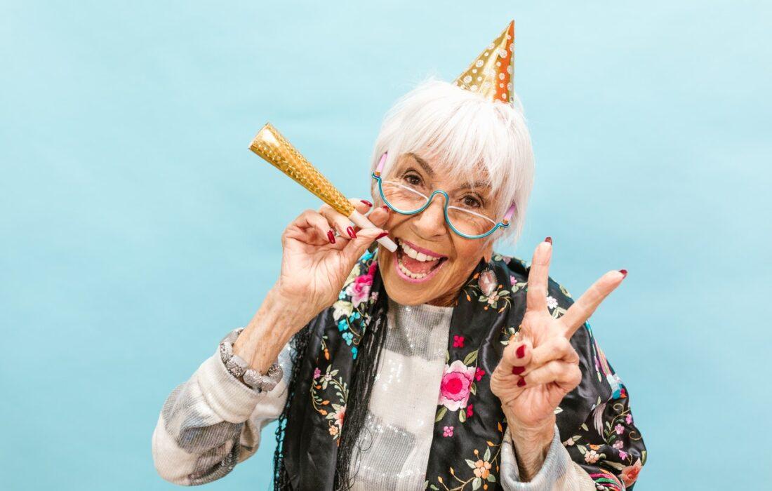 женщина празднует день рождения