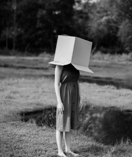 девушка с коробкой на голове