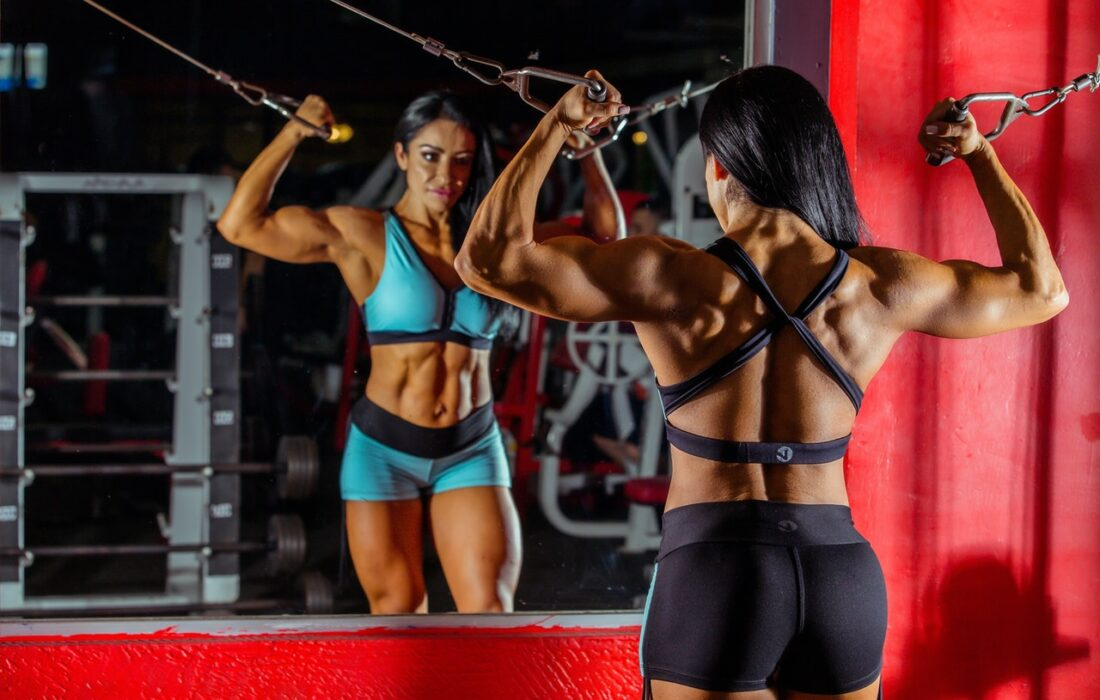 мускулистая девушка