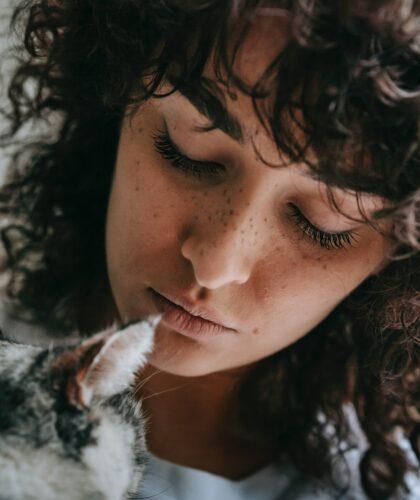 девушка с котиком