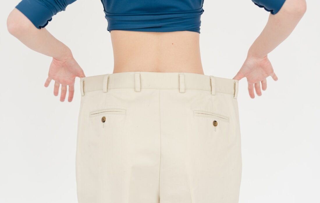 девушка в больших штанах